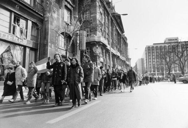 Széchenyi István (Roosevelt) tér a Gresham-palota előtt. A március 15-i megemlékezés és békés tüntetés résztvevői vonulnak a Szabadság tér felé. (Fortepan-16061)