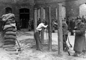 Felállítják a Markó utcai börtön udvarán az akasztófákat Szálasi Ferenc és társainak kivégzése előtt