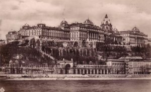 https://upload.wikimedia.org/wikipedia/commons/2/26/Budai_palota_1930.jpg